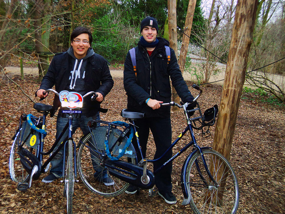 Muchachos en bici